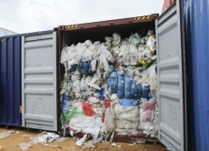 Indonesia trả 5 container rác cho Mỹ